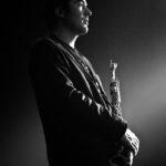 Photographie noir et blanc du saxophoniste Franck Pilandon.