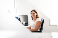 portrait à son bureau d'une femme au travail