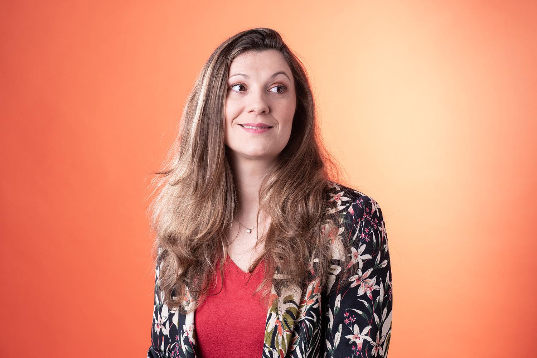 portrait en studio d'une femme cadre dirigeante à clermont-ferrand, photo corporate et business différente